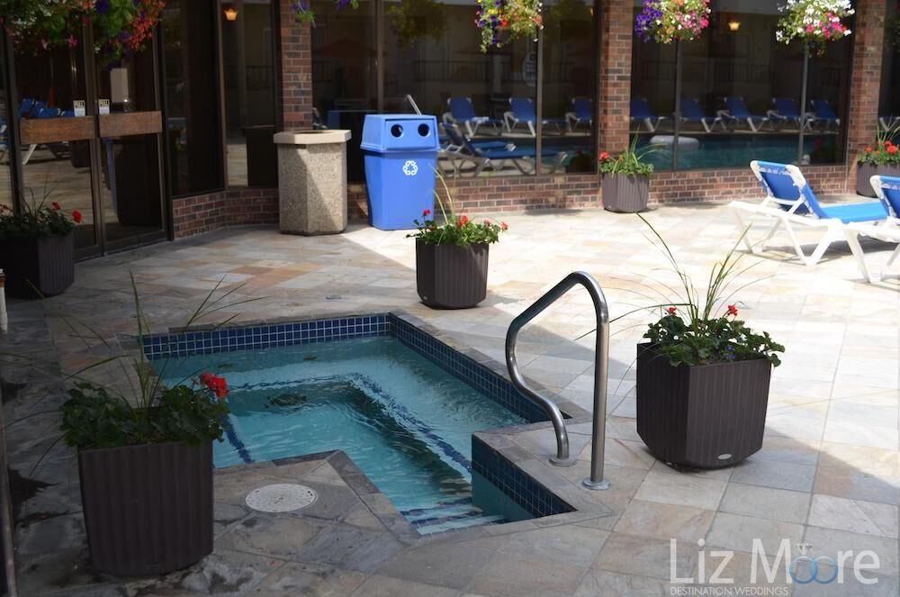 Do you have the outdoor Jacuzzi pool beside the lounge chairs beside the main pool