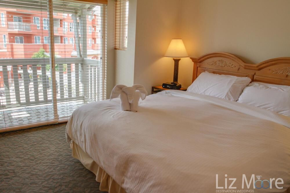 King bedroom with a white linen sheets patio